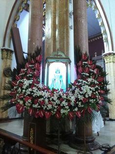Contemporary Flower Arrangements, Church Flower Arrangements, Church Flowers, Floral Arrangements, Church Altar Decorations, Infant Of Prague, Christmas Wreaths, Christmas Tree, Flower Designs