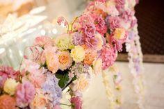 新郎新婦様からのメール 4月、メインテーブルいっぱいの花で : 一会 ウエディングの花