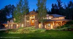 house in Aspen, Colorado - european house style European Style Homes, European House, Cozy Cottage, Cottage Living, House Party Decorations, House Plans One Story, Southern Plantations, Tuscan House, Spacious Living Room