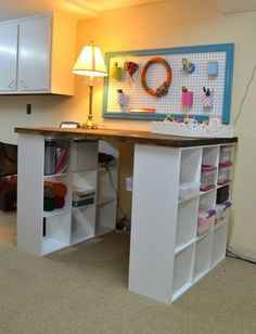 mit-weißen-Regalen-Schreibtisch