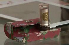 Materiais:– Papel couro– Papel cartão– 02 peças de tecido estampado algodão 100%– Fecho imã– Régua– Tesoura– Cola branca para artesanato– Fita crepe– Réguas para cartonagem– Pincel para cola– Rolinho de espuma– Bandeja para colaPasso a passo:Papel couro, cortar nas seguintes medidas:-10×9 — corpo-3×9 — tampa-2×9 — abaPapel cartão , cortar:Externa — 16,5 x 9Corte dos …