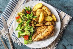 Gemarineerde kipfilet met ovenkrieltjes, een salade van warme groenten en verse dille