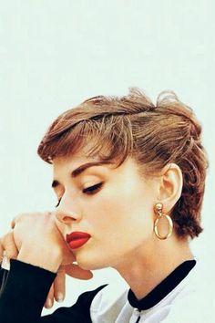 Audrey Hepburn is gorgeous. !♡