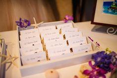 南国っぽいお花やサンゴを飾り、砂浜ボックスにカードを並べる♪ <結婚式エスコートカード・席札>夏のハワイアンなものまとめ一覧♪
