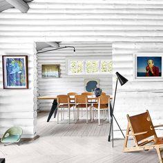 Existen muchas formas de refrescarse en verano, pero la más recomendable es recorrer las casas más bonitas del mundo en el número de julio-agosto (#YaEnTuQuiosco). Hoy nos asomamos a un viejo albergue cerca de #Copenhague que aloja a una familia enamorada del diseño simple, el arte contemporáneo y la naturaleza. Esta cabaña de troncos es su parada y fonda. #muyAD #SoloEnLaRevista  Foto #BirgittaWolfgang I Texto #MajaHahne & #ItziarNarro I Estilismo #PernilleVest