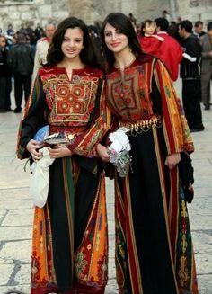 Chicas palestinas en traje tradicional.