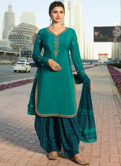 Prachi desai Green partywear straight cut suit online which is crafted from crepe fabric with exclusive embroidery work. This stunning designer straight cut suit comes with crepe bottom and chiffon dupatta. Patiala Salwar, Punjabi Salwar Suits, Pakistani Suits, Kurti, Hijab Fashion, Fashion Dresses, Eid Dresses, Indian Dresses, Prachi Desai