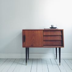 Having trouble finding the vintage interior design inspiration? Take a look at these beautiful mid-century modern sideboards and buffets. If Mid-century is your style, then these are perfect for you! Vintage Furniture, Home Furniture, Furniture Design, Furniture Inspiration, Interior Inspiration, Design Inspiration, Design Industrial, Buffets, Mid Century Modern Furniture