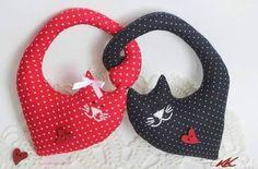 Maravillosos gatitos de tela enlazados entre si, una dulzura de mininos para decorar y regalar. Patrón gratis con instrucciones gráficas.