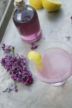 The Lilac Haze 2 ounces Botanist gin ounces lilac simple syrup ounce lemon juice ounce Poli Miele Honey Grappa liqueur Lilac Flowers, Edible Flowers, Purple Roses, Botanist Gin, Pineapple Mojito, Lilac Blossom, Flower Food, Wild Edibles, Back To Nature