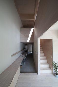espacio madera escalera pasillo escritorio House in Hanekita / Katsutoshi Sasaki + Associates