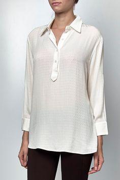 Camisa de toque macio, manga 7/8 com martingale. Perfeita para usar com calça montaria e salto alto.