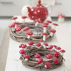 Herbstliche Tischdeko Toadstool wreath for the table Board Games: Still Fashionable Or Too Old Fashi Thanksgiving Wreaths, Thanksgiving Decorations, Christmas Decorations, Holiday Decor, Family Holiday, Fall Crafts, Diy And Crafts, Crafts For Kids, Simple Crafts