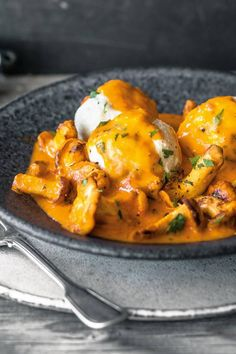 Eierschwammerl-Gulasch mit Ricottaknödeln Mushroom Dish, Kitchen Stories, Lunch Recipes, Thai Red Curry, Meal Prep, Stuffed Mushrooms, Food And Drink, Veggies, Pasta