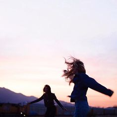 Image about summer in best friends by AL on We Heart It Photographie Portrait Inspiration, Foto Pose, Jolie Photo, Wild And Free, Friend Pictures, Adventure Is Out There, Summer Vibes, Summer Nights, Ulzzang