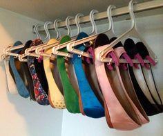 Mais um jeito de guardar sapatilhas: cabides e pregadores criam uma sapateira suspensa. | 24 truques de organização que vão tornar sua vida melhor