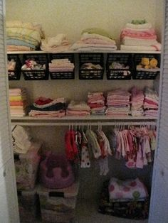Me encanta la idea las canastas!! hmmm, dónde? linen closet, pantry, en el closet del playroom para juguetes!! en mi closet no caben :-(  Nursery: Closet | Sawdust and Embryos