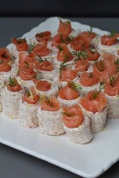 Small rolls with smoked salmon, St Môret, lemon, dill for aperitifs Tapas, Quick Healthy Breakfast, Veggie Tray, Buzzfeed Food, Appetisers, Creative Food, Finger Foods, Food Inspiration, Love Food