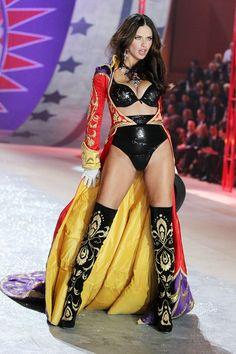 Adriana Lima http://www.vogue.fr/mode/news-mode/diaporama/le-defile-victoria-s-secret-2012/10456/image/642146#adriana-lima