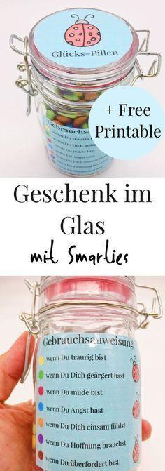 Geschenke im Glas! Schöne Idee für den Geburtstag oder jeden anderen Anlass zum selber machen. Süßigkeiten verschenken als bunte Glücks-PIllen. Geschenkidee mit Smarties.