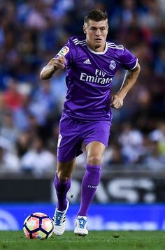 Toni Kroos of Real Madrid CF runs with the ball during the La Liga match between RCD Espanyol and Real Madrid CF at the RCDE stadium on September 18, 2016 in Barcelona, Spain. (Sept. 17, 2016 - Source: David Ramos/Getty Images Europe)