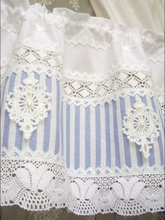 Romantische und elegante Landhausgardine im französischen shabby chic Stil  Ich habe einen blau/weiß gestreiften Baumwollstoff mit fünf selbst gehäkelten Medaillons verziert. Jedes Medaillon wird...