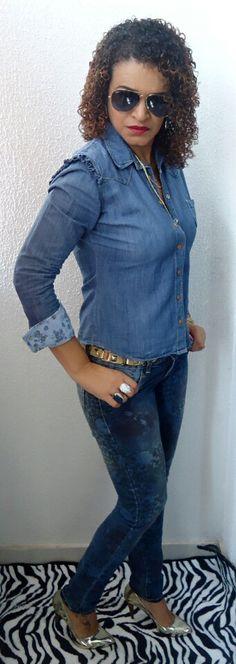 All jeans com scarpin dourado.