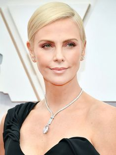 The Most Daring, Glitzy, and Memorable Beauty Moments From the Oscars 2020 Red Carpet 13 Must-See Be Charlize Theron Hair, Modern Updo, Matte Red Lips, Subtle Ombre, Bold Brows, Platinum Hair, Nude Lip, Celebrity Beauty, Old Hollywood Glamour