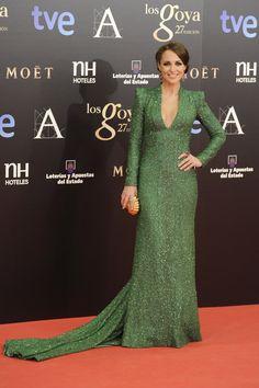 La actriz Paula Echevarría se atreve con el color verde en su vestido de Dolores Promesas Heaven y un toque de color fucsia con las joyas de Tous Jewelry.