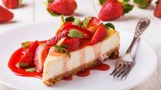 This creamy strawberry cheesecake is perfect for any special occasion! You have to bake the cake and let it cool for an hour, then chill it in the refrigerator. Homemade Cheesecake, Strawberry Cheesecake, Cheesecake Recipes, Dessert Recipes, Caramel Cheesecake, Food Cakes, Cupcake Cakes, Cheesecakes, Yummy Treats