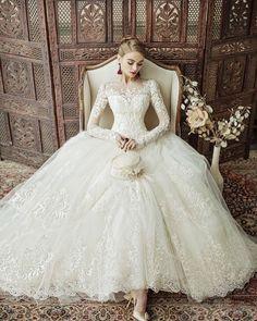 #長袖#レース のウェディングドレスの エレガントさは最高 デコルテを覆うレースの刺繍も #キャサリン妃 みたいでとっても素敵 シンプルにまとめた髪型で クールにコーディネートしたい ドレスです #プレ花嫁##結婚式準備#ドレス選び #ウェディングドレス#marryxoxo by marry_editors