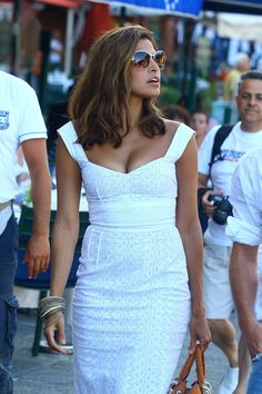 Medium length hair, warm color, great highlights // Eva Mendes in Italy pics) - Women Fashion Trends Eva Mendes Age, Eva Mendes And Ryan, Eva Mendes Body, Eve Mendes, Eva Mendes Dress, Most Beautiful Women, Hair Lengths, Celebrity Style, Sexy Women