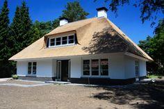 wonen Weidema Garden Architecture, Village Houses, Mikasa, Live Life, Bungalow, Beautiful Homes, Building A House, New Homes, Farmhouse