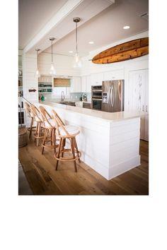Planche de surf une cuisine blanche contemporaine et une - Sublime maison blanche de la plage en californie ...
