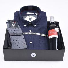 """Coffret Idée Cadeau de Noël pour Homme """"L'Onctueuse""""  Chemise Homme en flanelle bleue nuit chaude et confortable + bouteille de vin rouge et chaussettes en fil d'écosse Hanjo, le vestiaire des épicuriens : https://hanjo.fr"""