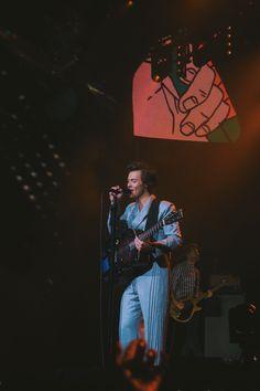 Harry Styles in Sacramento, CA Harry Styles Live, Harry Styles Pictures, Harry Edward Styles, Light Of My Life, Love Of My Life, Harry Styles Wallpaper, Mr Style, Dear Future Husband, Family Show