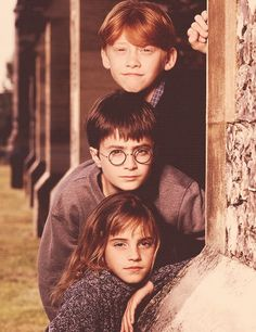HP: Daniel Radcliffe is Harry Potter, Rupert Grint is Ronald Weasley, Emma Watson is Hermione Granger Mundo Harry Potter, Harry James Potter, Harry Potter Cast, Harry Potter Universal, Harry Potter Fandom, Harry Potter Memes, Harry Potter World, Harry Potter Pictures, Harry And Hermione