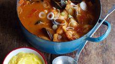 Dieses Gericht aus Marseille kombiniert die besten Meeresfrüchte des Mittelmeers mit den Aromen der Provence: Fenchelsamen, Safran und Orange. Eine tolle Mahlzeit für große Runden und Familien. Hier geht's zum Rezept von Rachel Khoo.
