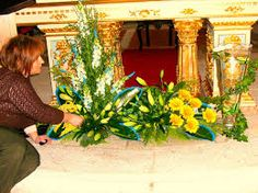 Resultado de imagem para arranjos de flores para altares igrejas