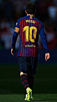 Lionel Messi of Barcelona warms up prior to the UEFA Champions League round of 16 first leg match between Arsenal and Barcelona on February 2016 in London, United Kingdom. Messi Y Cristiano, Messi Vs Ronaldo, Messi 10, Fc Barcelona, Barcelona Football, Club Football, Best Football Players, Football Pics, Football Soccer