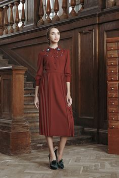 In this Article You will find many Tailored Dress inspiration and Ideas. Hopefully these will give you some good ideas also. Modest Dresses, Dresses For Work, Tailored Dresses, Modest Fashion, Fashion Dresses, Vintage Outfits, Vintage Fashion, Hijab Style, Ulyana Sergeenko