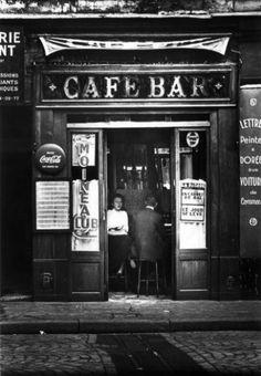 """ED VAN DER ELSKEN 1925-1990  Prostituée au Café Bar """"Moineau Club"""", Paris, ca. 1955. Tirage argentique d'époque, tampon et annotations de cadrage au dos. 22,8 x 15,8 cm"""