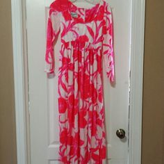 """Vtg Victor Costa 70's Hibiscus Floral Maxi Dress Talk about a statement. Wear it to a beach party with flip flops or to a Michelin 5 star dinner. This dress speaks for itself. Low scoop  neck, flattering curved empire waist and free skirt and and long sleeves this dress is a size 8 vintage. It has a large hibiscus patten in red and a pink-purple over a shimmery white background. Yes it is very stretchy and made of poly. I cannot find any damage but it is vintage. Lying flat. Shoulders 15""""…"""
