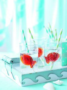 Angler-Punsch, Traubensaft in Eiswürfelbehälter in Fischform füllen und tiefkühlen. Zum Servieren die Eiswürfel aus den Formen lösen und mit Mineralwasser  servieren. burdafood.net/Maja Smend http://www.meine-familie-und-ich.de/