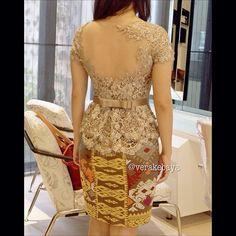 Love the color and the details Vera Kebaya, Kebaya Lace, Kebaya Brokat, Kebaya Dress, Batik Kebaya, Blouse Batik, Batik Dress, Lace Dress, Traditional Fashion