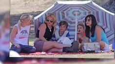Britney Spears lleva a su familia al partido de soccer de su hijo