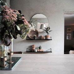 How would you arrange the Pythagoras bracket system? This is the creation of @studioelwa in Stockholm ✨ #mazeinterior #maze #interior #interiordesign #pythagoras #slowproduction #studioelwa #madeinsweden #shelfie #shelf #brackets #bracketsystem #shelfsystem #mirror #flowers #madeinsweden #scandinavianstyle