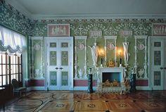 С Зеленой столовой начинаются личные покои в северной части дворца, созданные в 1770-х годах по указу Екатерины II для великого князя Павла Петровича (будущего императора Павла I) и его первой супруги Натальи Алексеевны.