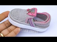 Crochet Baby Clothes, Crochet Baby Shoes, Diy Crochet Slippers, Crochet Designs, Crochet Patterns, Play Clothing, Baby Shoes Pattern, Knitted Booties, Baby Boots