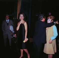 Jackie Kennedy Backstage After Theater Performance Jackie Oh, Jackie Kennedy Style, Los Kennedy, Robert Kennedy, Jacqueline Kennedy Onassis, Jaqueline Kennedy, Carolyn Bessette Kennedy, Special People, American